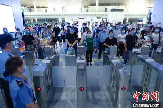 前往广州方向的旅客等待检票上车 贺瑞民 摄