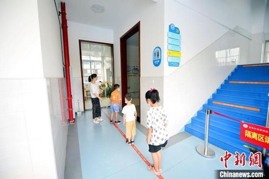 老师引导学生有序上厕所 景卫东 摄