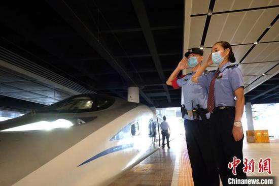 9月1日上午7点10分,襄阳东至广州南G1174次车列车从襄阳东站始发 贺瑞民 摄