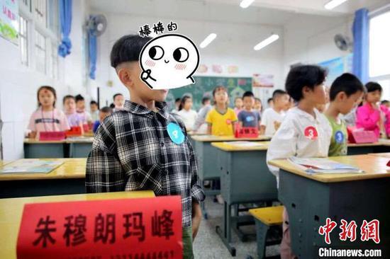 为了便于记忆,老师将学生的姓名做成牌卡放在课桌前 杨焰琳 摄