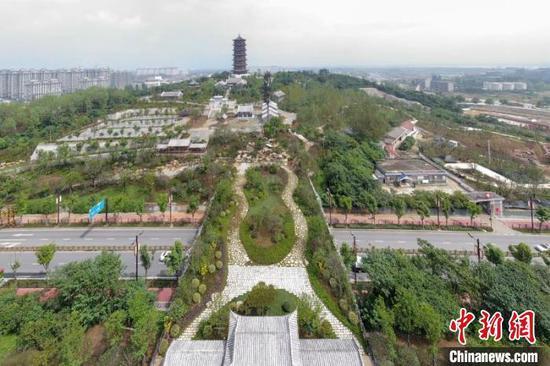 航拍位于襄阳市胜利街景观大道的岘首山天桥 杨东 摄