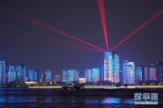 这是9月30日晚拍摄的武汉江滩灯光秀。新华社记者 冯国栋 摄