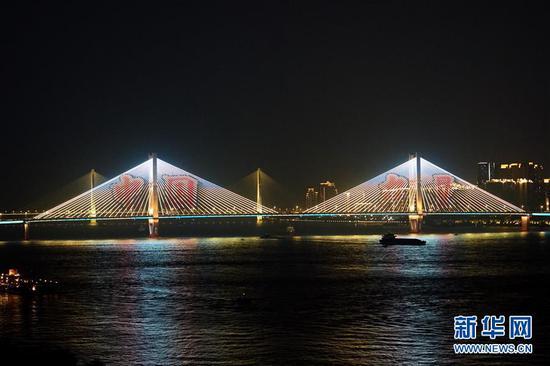 """10月1日晚,灯光在武汉长江二桥上打出""""中国力量""""。新华社记者 冯国栋 摄"""