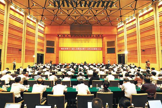2020年7月22日,省十三届人大常委会第十七次会议举行联组会议,对全省优化营商环境工作开展专题询问。
