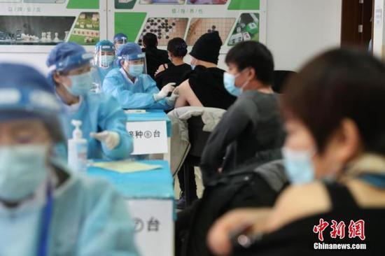 资料图:1月8日,在北京市海淀区学院路街道临时接种点内,医护人员为接种者注射疫苗。中新社记者 蒋启明 摄