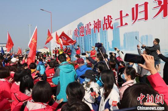 武汉雷神山医院举办仪式,欢迎援鄂医护 张畅 摄