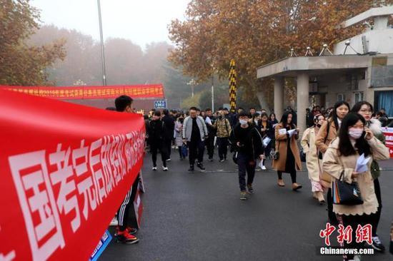 资料图:2018年12月2日,河南郑州,一处公务员考试考点。中新社记者 王中举 摄