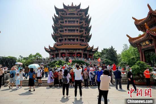 图为武汉黄鹤楼景区迎来众多游客 张畅 摄