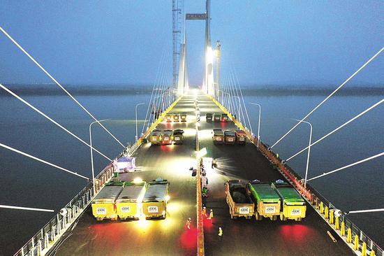 5月12日,赤壁长江公路大桥启动荷载试验。(湖北日报全媒记者 陈勇 通讯员 周漓 冷朝乾 摄)