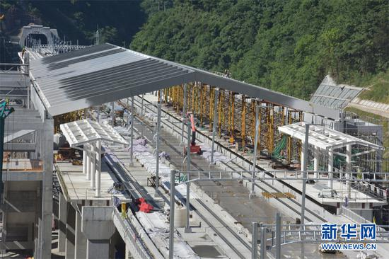 神农架站站房主体框架结构全面封顶。新华网发 易伟 摄