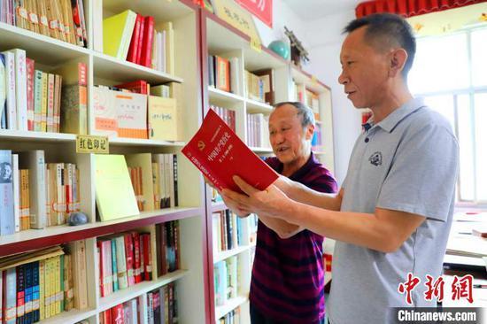 马良云老人在书屋 陈黄奎 摄