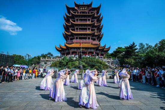 2020年10月1日,游客在武汉黄鹤楼景区观看演出。(新华社记者肖艺九 摄)