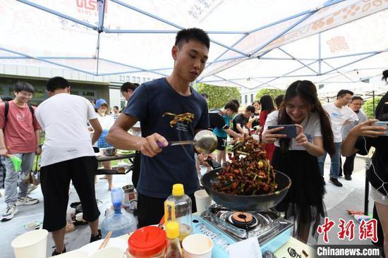 学生烹饪昆虫美食 刘涛 摄