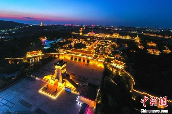 航拍襄阳唐城景区夜景。杨东 摄
