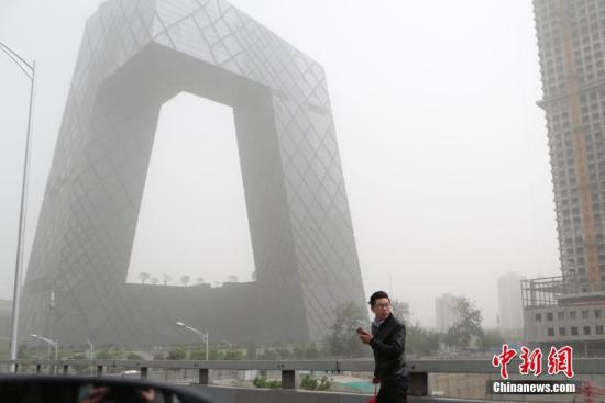 资料图:北京城区遭沙尘笼罩。中新社记者 李慧思 摄