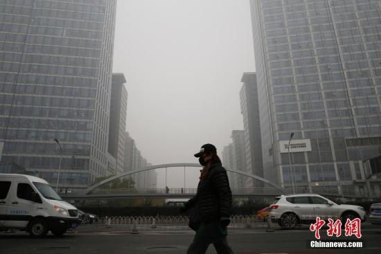 资料图:霾天气中,市民戴口罩出行。中新社记者 李慧思 摄
