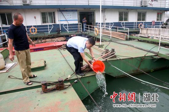 民警对渔获物放生处置