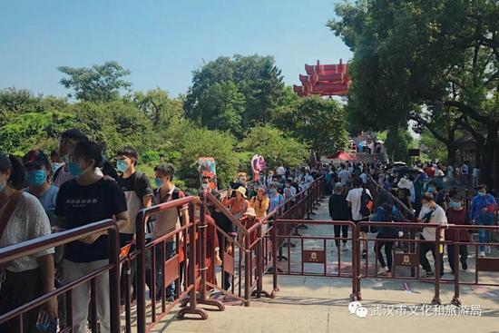 △ 今日,黄鹤楼公园里游客有序排队登楼游览