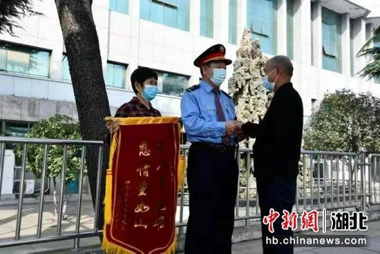 武铁漯河车站接到旅客送来锦旗 周云龙 摄