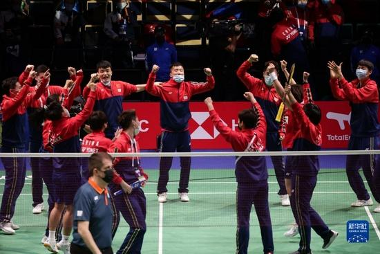 10月3日,中国队成员在赛后庆祝。新华社发(马蒂·马蒂凯宁 摄)