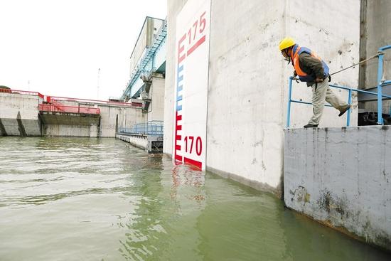 10月10日14时,丹江口水库水位触摸到设计正常蓄水位170米。(湖北日报全媒记者 田悦 通讯员 胡文波 摄)