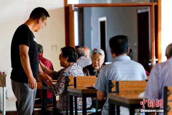 资料图:养老机构的老人(图文无关)中新社发 陆欣 摄