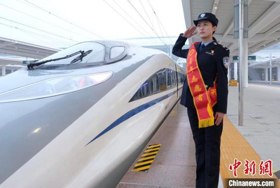 郑渝高铁首发车从襄阳东站开往郑州东 贺瑞明 摄