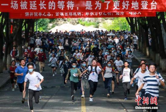 7月8日,在湖北省宜昌市各考点,考生陆续走出考场。付蓓蓓 摄