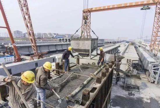 1月20日,蒙华铁路襄阳市襄州区制梁场已经完成制作的T梁(航拍)。