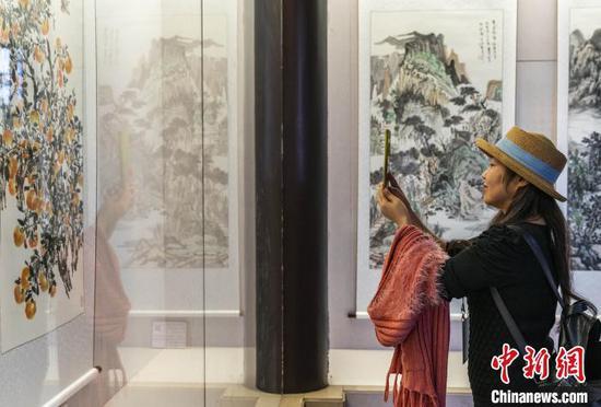 """游客参观""""醉美秭归入丹青""""写生画展。 向红梅 摄"""