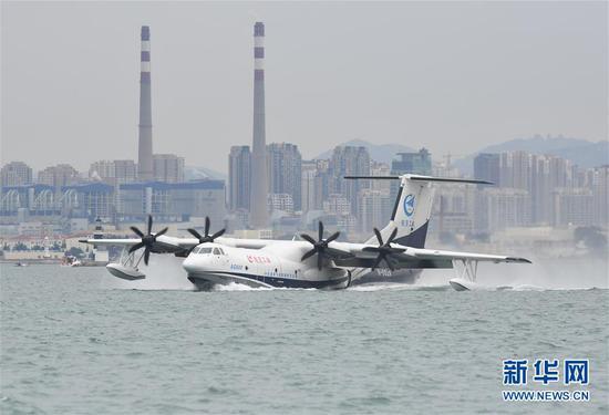 7月26日,水陆两栖飞机AG600在海面滑行。 新华社记者 李紫恒 摄