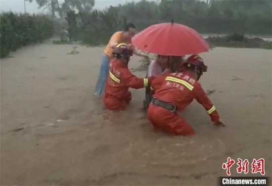 荆门消防转移受困人员。荆门消防供图