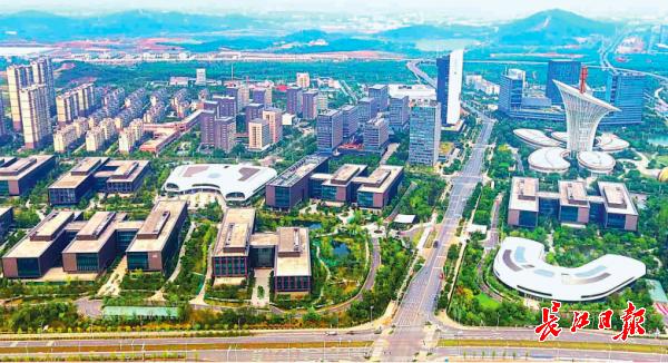位于武汉光谷未来科技城的华为武汉研发基地,是一艘引领湖北省和武汉市经济高质量发展的高科技航母 记者高勇 摄