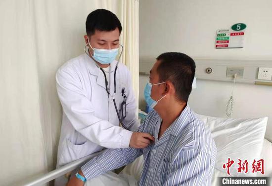医生为杨先生检查身体。武汉市中心医院供图 武汉市中心医院供图