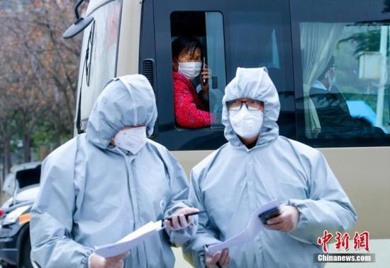 资料图:2020年3月1日,武汉客厅方舱医院132人出院。中新社记者 张畅 摄