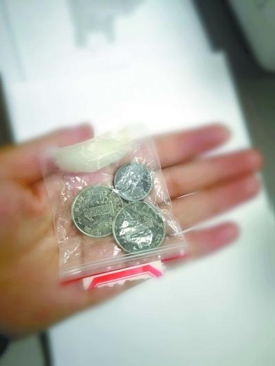 夏某丢出的3枚硬币通讯员陈博威供图