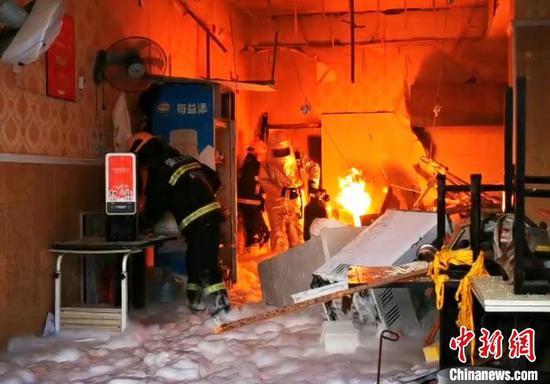 湖北咸宁市嘉鱼县官桥镇集镇一家沿街店面19日发生煤气罐泄漏起火。湖北咸宁消防供图