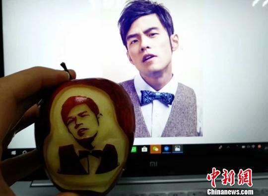 图为米玉全用苹果雕刻的男明星 武一力 摄