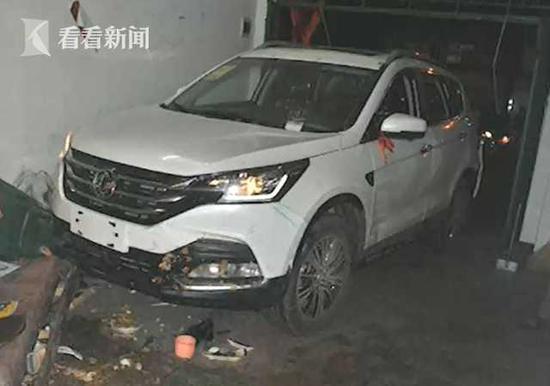 武汉一新手司机误把油门当刹车 撞进自家致三人受伤