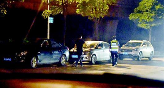 图为:当晚,多辆车在跟踪城管执法人员