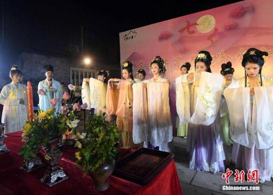 资料图:图为身着汉服的姑娘们展现了属于七夕最传统的节日文化内容——祭星乞巧。中新社记者 刘可耕 摄