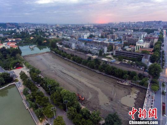 湖北襄阳千年护城河清淤见底 杨东 摄