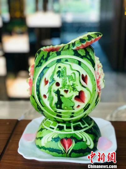 图为米玉全的果雕作品《祖国万岁》 受访者供图 摄
