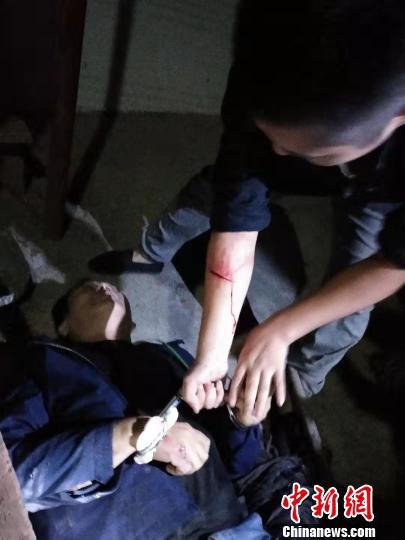 图为民警正在抓捕毒贩 公安县公安局供图
