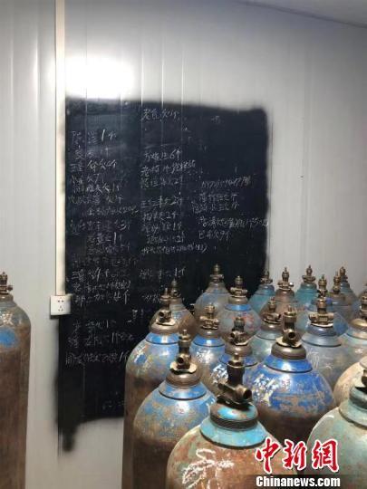 图为非法存储的易燃易爆危险品。鄂州消防供图