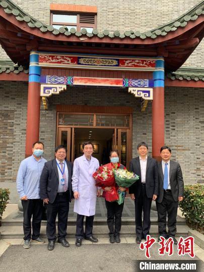 郑霞(右三)隔离休养结束后的迎接现场。 金晶 摄