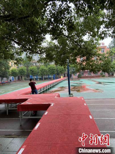 武汉市先锋中学校园内已在出入通道搭好栈桥。武汉市招生考试办公室供图