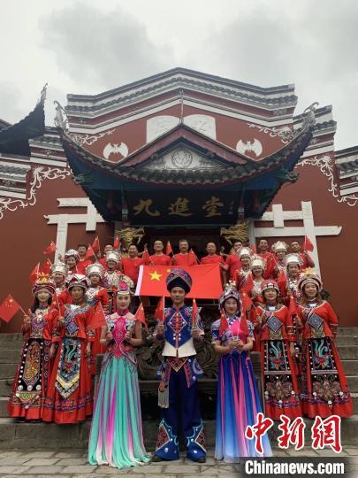 湖北恩施景区举行《歌唱祖国》快闪活动 湖北省文旅厅供图