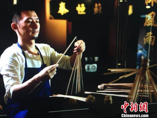 """苏峰在制作""""苏恒泰""""油纸伞。受访者供图"""