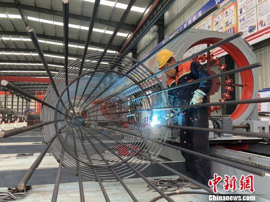 图为,图为标准化、智能化、工厂化的钢筋加工厂 王春河 摄